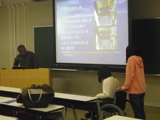 学生が車椅子に乗っている写真
