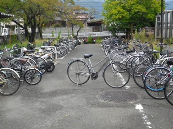 自転車駐輪の悪い例の写真