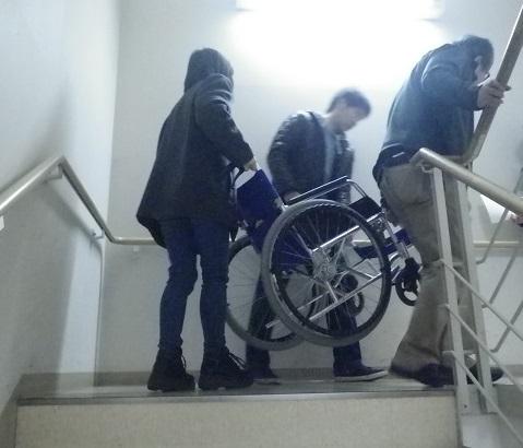 車椅子の階段の上げ下げ